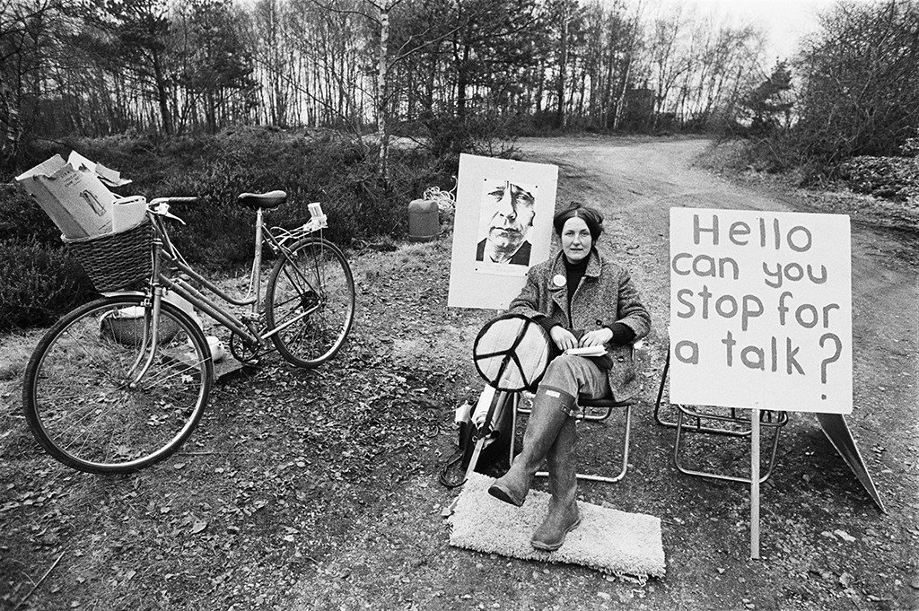Edward Barber, A picket mounted by the Women's Peace Camp at RAF/USAF Greenham Common, Berkshire, 1982 | Imperial War Museums提供