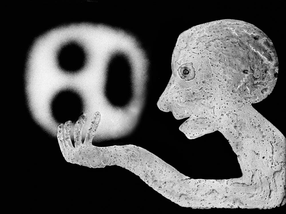 Roger Ballen, The Theatre of Apparitions – Amulet, 2011 | 亦安畫廊提供